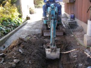 排水配管埋設のための掘削作業
